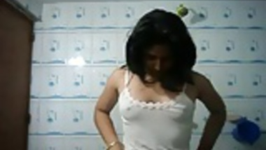 Desi girl feel herself in bathroom