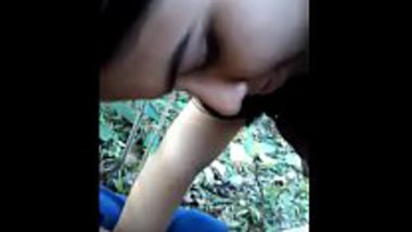 Outdoor blowjob of a sexy Indian girl