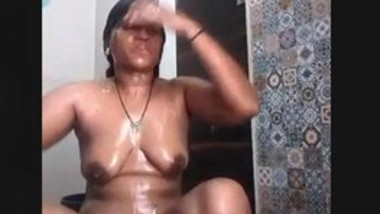 Sexy Desi bhabi Bathing