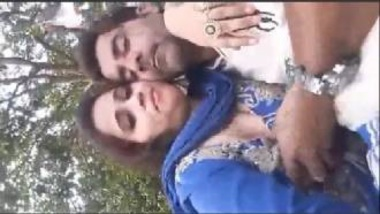 Pressing Boobs Of Sexy Pakistani Aunty In Park